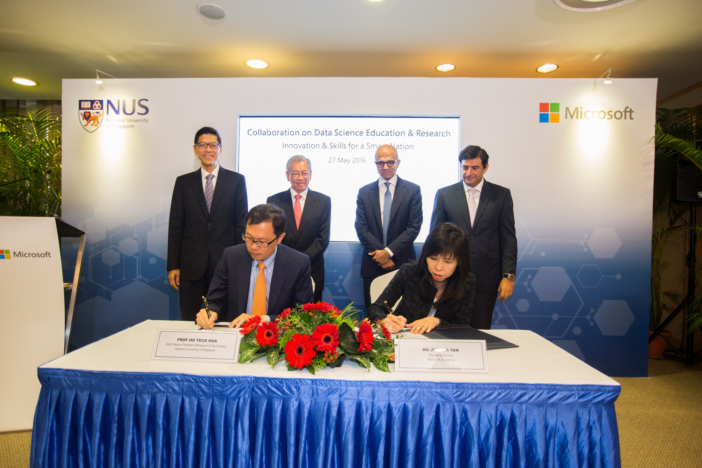 Professor Ho Teck Hua, Deputy President (Research & Technology) of NUS and Jessica Tan, Managing Director of Microsoft Singapore, sign Memorandum of Understanding (MoU) to collaborate on data science and research, witnessed by (from left) Professor Tan Chorh Chuan, President of NUS, Wong Ngit Liong, Chairman of NUS Board of Trustees, Satya Nadella, CEO of Microsoft and Cesar Cernuda, President of Microsoft Asia Pacific.